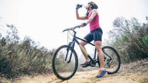 woman-drinking-water-on-bike-santa-cruz-core